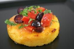 Popečena polenta z hladno paradižnikovo omako